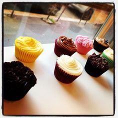 Vintage Bakery Milano Cupcake http://idesignme.eu/2013/02/vintage-bakery-milano/ #design #cupcake #rose #bakery #fooddesign