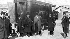 Madrid 1908.Sin faltar el bigote, el bombín, el bastón y el abrigo largo, las autoridades madrileñas posaban ante la cámara de ABC para anunciar los nuevos automóviles para el transporte de la carne en el municipio.