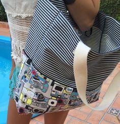 Bolsa com tecido de listras rústico e tecido colorido, bolso interno com zíper.  Obs: Objetos não incluídos.