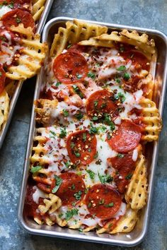 Pizza Waffle Fries Are a Glorious Sight to Behold Pizza waffle fries recipe This makes a delicious tasty homemade snack or an indulgent dinner for a date night in with your boyfriend girlfriend or best friend It s like nachos just WAY better Real Food Recipes, Cooking Recipes, Yummy Food, Healthy Recipes, Yummy Eats, Delicious Recipes, Oats Recipes, Healthy Snacks, Food Porn