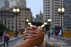 """O abraço é um gesto acolhedor e confortante que manifesta apoio e carinho. Será que você manifesta essa e outras formas de afetividade a pessoas queridas? Vale a pena prestar atenção, pois gestos carinhosos promovem benefícios aos outros e, inclusive, a você. Faça o teste no site Minha Vida, parceiro do Catraca Livre. Clique aqui...<br /><a class=""""more-link""""…"""