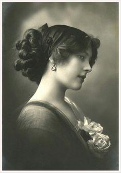 foto antigua de dama vintage con flores en el pecho