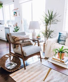 Relaxed, Boho-style in Orange County, California Tjena, hur är läget? Oh have I got the most inviting of home tours to share with you today! I was so happy to meet interior stylist Anita Yokota a. Bohemian Bedroom Decor, Boho Decor, Rustic Decor, Bohemian Interior, Orange County, Mid Century Modern Armchair, Quirky Home Decor, Modern Decor, Living Spaces