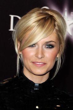 love everything about this look. Wish I could pull off deep side part and bangs...