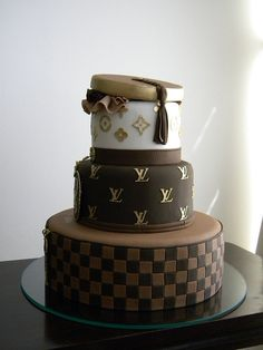 Louis Vuitton Cake by Ana Beatriz Carrad Gorgeous Cakes, Pretty Cakes, Amazing Cakes, Louis Vuitton Torte, 19th Birthday Cakes, Bag Cake, Fashion Cakes, Pastry Cake, Occasion Cakes