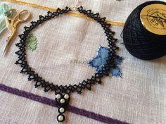 Gargantilla negra con adorno de perlas