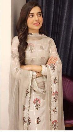 Pakistani Fashion Party Wear, Indian Fashion Dresses, Dress Indian Style, Pakistani Dress Design, Pakistani Outfits, Indian Outfits, Simple Kurti Designs, Stylish Dress Designs, Stylish Dresses