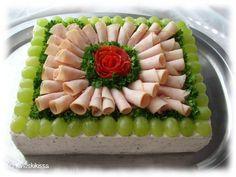 Kevyt kalkkunavoileipäkakku Voileipäkakut mielletään usein kaloripommeiksi, mutta tämän juhlapöydän suolaisen komistuksen voi valmistaa myös kevyemmin. #kevyt #resepti #piirakka #voileipäkakku #kalkkuna