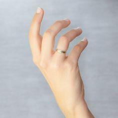 Alianza de boda de diseño Argyor realizada en 2 oros de 18 quilates, de 4 milímetros de ancho. Esta joya tiene un acabado combinado labrado en el anillo de oro amarillo y brillante en el anillo de oro blanco en la parte central. Haz de tu día un recuerdo inolvidable con esta joya de diseño.  Referencia: 5240101