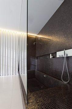 Wim en Stefie van Or Architecten zochten overal in hun Gentse woning, zo ook in de badkamer. Hun kinderen wilden een ligbad, zij een inloopd...