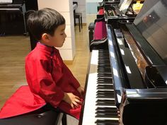 This is 5 yr old pianist Evan Le with a beautiful version of 'Diễm Xưa Cute Funny Baby Videos, Cute Funny Babies, Funny Kids, Piano Lessons, Music Lessons, Guitar Lessons, Piano Songs, Piano Music, Music Video Song