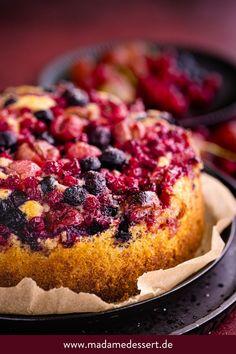Schneller #Sommerkuchen: Rezept für Buttermilch Zitronenkuchen mit #Beeren – einfach, sommerlicher, lecker. Der perfekte Kuchen für den Sommer | Madame Dessert
