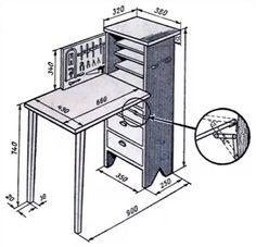 Шкаф (ш) из досок толщ. 10 - 12 мм или 15 мм фанеры. Верхняя доска выступает на 55 мм для крепления тисков. На уровне стола (с) полка толщ. 20 мм, к ней крепятся петли откидной крышки.. Ножки 20х30 мм прикреплены на петлях. По бокам (ш) ручки. В верхней части над (с) выдвижные полки. К откидной дверке прикреплены полки с бортами, на них коробочки. Между полочками планка с вбитыми гвоздями. При закрытой дверке, полочки и планка между полочками. В правой стенке выдвижные ящики с ячейками.