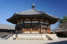 法隆寺地域の仏教建造物(ほうりゅうじちいきのぶっきょうけんぞうぶつ)はユネスコの世界遺産(文化遺産)に登録されている、奈良県生駒郡斑鳩町所在の法隆寺および法起寺の建造物の総称である。夢殿(国宝)-天平時代の建立。 Horyuji Temple, Buddhist Temple, Buddhist Architecture, Japanese Architecture, Nara, History Articles, Royal Academy Of Arts, Old Building, Building Ideas