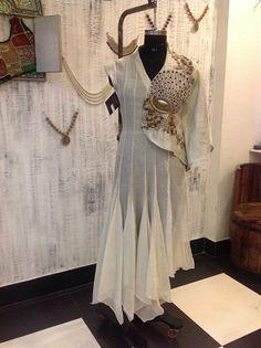 Khoo Pakistani Outfits, Indian Outfits, Mehendi Outfits, Indian Designer Outfits, Designer Dresses, Designer Kurtis, Kurta Designs, Blouse Designs, Look Short