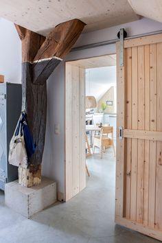 Schuifdeur en naturelle materialen | Sliding door and natural materials | Photographer Margriet Hoekstra | Styling Barbara Natzijl | vtwonen October 2013