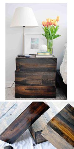 Caixas de vinho empilhadas ao lado da cama fazendo de conta que é uma mesa de cabeceira. Isso só comprova que, para mudar o visual de qualquer ambiente precisamos mais de boas ideias e criatividade do que de dinheiro. Inspire-se! Mais info em http://jacquelynnicole.wordpress.com/2012/04/12/condo-life-3-nightstands/