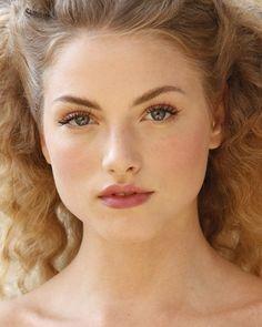 Bei offenen, lockigen Haaren kann der Gesamt-Look durch zu viel Make-up schnell überladen wirken. Eine Wimperntusche, die die Wimpern verlängert und ein rosiger Lippenstift hingegen verleihen dem Braut Make-up einen romatischen Touch.