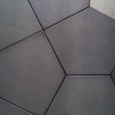 Penta Gray é um dos cimentícios incríveis da Coleção Urban Shapes. A inspiração vem da arquitetura urbana e seus gigantes blocos de concreto. #cimentício #revestimentos #decortiles