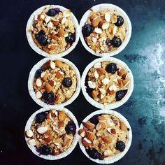 Havregrødsmuffins 3dl havregryn 1tsk bagepulver 1tsk vanille pulver 1tsk kanel 1,5 dl væske (mandelmælk, mælk skyr el.lign jeg brugte halv mælk og halv skyr) 1 æg Blandes sammen og puttes i forme og står indtil ovnen er varm. Pynt med nødder, mandler, blåbær, hindbær eller hvad man synes. Bland evt hakket chokolade i dejen Bages i 25-30 min ved 180 grader.
