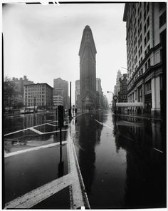 by Elliott Erwitt Flat Iron Building, New York City, 1969 Via: howtoseewithoutacamera Source: snowce Book Photography, White Photography, Street Photography, Eliot Erwitt, Elliott Erwitt Photography, Flatiron Building, Documentary Photographers, France, Art Institute Of Chicago