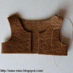 Boneca de Pano: COLETE -  Recorte, costure e fure para passar um cadarço. Esse acessório é fácil de fazer e pode ser costurado a mão pois é todo de feltro.