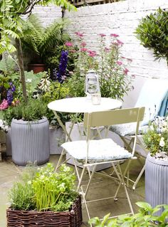 91 Magazine / issue 6 / Dig for Vintage - vintage style garden by Balcony Gardener Photo: Cico Books