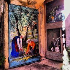 Valloria in Imperia, Liguria-von Dolcedo sollte man mal höher fahren dahin wo man glaubt nichts kommt mehr. Dann plötzlich kommt Valloria -das Dorf der 100 Türen. Hier sollte man dringend zu Fuß hin und her laufen denn man kann sich nicht verlaufen. Jede noch so kleine Tür ist von einem Künstler irgendwo  her aus der Welt bemalt worden. Die Erklärung hängt immer neben der Tür Hier sollte man in der einzigen Bar den Weltbesten Cappuccino trinken.