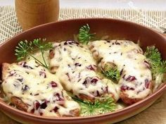 Filet z indyka zapiekany z żurawiną i serem
