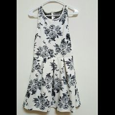 Black and white floral dress Floral dress with side zipper and back detail Forever 21 Dresses Mini