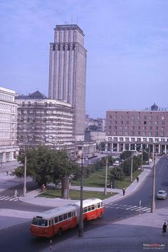 [Warszawa] Lata PRLu - Página 73 - SkyscraperCity Old Pictures, Old Photos, Poland People, Pictures Of Beautiful Places, Warsaw Poland, Light Rail, Macedonia, Montenegro, Public Transport