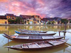 En el centro de #Vietnam encontraréis joyas como Hoi An, una pequeña ciudad de pescadores declarada como Patrimonio de la Humanidad por la Unesco 1999. Durante los siglos XVI y XVIII fue un importante pueblo pesquero. El río Thu Bon atraviesa esta encantadora ciudad y avanza paralelo a las casas típicas que se levantan a ambos lados, abriendo paso a pequeñas embarcaciones de pescadores.  [Más información sobre el #viaje -> http://bit.ly/1BB1ySa] #ViajeDeNovios #LunaDeMiel