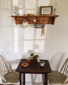 This little breakfast nook is making coffee and apricot preserves especially delightful this morning☕️🍯