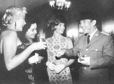 I've never seen this pic before. Jackie stands amid (l to r) Marilyn Monroe, Elizabeth Taylor, and President Sukarno of Indonesia, circa early Jacqueline Kennedy Onassis, John Kennedy, Jaqueline Kennedy, Caroline Kennedy, Rare Photos, Old Photos, Vintage Photographs, Marilyn Monroe, Norma Jeane
