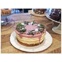 Unser neues unbekleidetes Schätzchen: Mandel-Zitrus-Tonka-Cassis-Rosmarin-Wahnsinn 😵🍰😋 . . #herrmax #nakedcake #seminakedcake #mandelkuchen #tonkabohne #tonkabean #cassis #rosmarin #kuchenwahnsinn #tortetortetorte #tortemusssein #hochdiehändewochenende