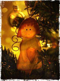 Schöne Weihnachten! ein Engelchen von unserem Weihnachtsbaum :-)