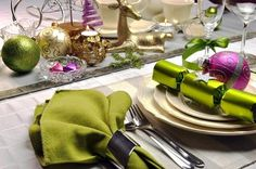 Give your home decor a modern twist with one of these festive contemporary Christmas table settings ideas. Green Christmas, All Things Christmas, Christmas Ideas, Gluten Free Hampers, Holiday Invitations, Christmas Table Settings, Christmas Traditions, Holidays And Events, Homemaking