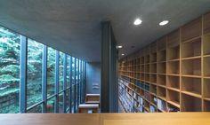 佔地寬廣的中島公園是札幌人日常生活的一部分,許多人在工作或上學的途中,穿過豐富綠色植物所構成的小徑,讓單調的日常也變得亮麗起來。 地上兩層、地下一層的「渡邊淳一文學館」,雖然量體不大,但卻有著安藤忠雄一貫的細膩和美學,灰色的清水模在陽光下顯得光滑平整。