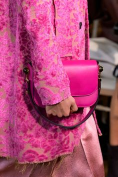 Valentino at Paris Spring 2017 - Details Valentino Paris, Valentino Handbags, Hermes Handbags, Fashion Week Paris, World Of Fashion, Fashion Spring, Pink Leather, Clutch Bag, Shoes