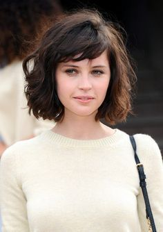 I like her overall style. Love the hair, simplistic makeup and classic clothes. She'd look fashionable 40 years ago and 40 years from now. Wavy Bob Haircuts, Messy Bob Hairstyles, Medium Bob Hairstyles, Pretty Hairstyles, Short Wavy Hair, Curly Bob, Shoulder Length Hair Styles For Women, Playing With Hair, Super Hair