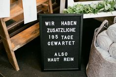 Ein schwarzes Letterboard zum Eingang deiner Hochzeitslocation! #JuliaWalterFotografie #Letterboard #Hochzeittschild #Hochzeitsdekoration #CoronaWedding #Hochzeit #Wedding #Hochzeitsreportage #Deko #WaldorferHöfe