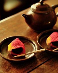 Photo: Japanese Tea Time in Autumn|和菓子 ♥ Japanese Dessert Japanese Wagashi, Japanese Sweets, Japanese Food, Japanese Cake, Japanese Pottery, Chai, Japanese Tea Ceremony, Tea Art, Confectionery