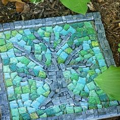 Mosaik im Garten. Wie wäre es mit einem farbenfrohen Mosaik im Garten? Auf diese Weise können Sie mit wenig Aufwand und mit Restmaterialien mehr Dynamik