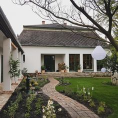 Házprojekt: ennyit változott a kert 7 hét alatt | Otthonkommandó Porch Garden, Terrace Garden, Home And Garden, Balcony Bar, Garden Design, House Design, Weekend House, Family House Plans, Traditional House