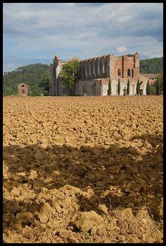 San Galgano Abbey, is de monuments in Chiusdino, Siena, Tuscany_ Italy