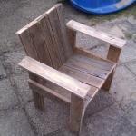 Old Pallets Little Child Pallet Chair Pallet Benches, Pallet Chairs Wooden Pallet Bar, Pallet Crates, Pallet Chair, Diy Pallet Furniture, Diy Pallet Projects, Diy Chair, Wood Projects, Pallet Benches, Pallet Ideas