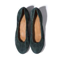 Mêler confort et style en un clin d'œil est dans l'ADN de Balzac Paris. Avec nos ballerines Simone, le contrat semble respecté ! D'un côté, son talon de 5cm pour élancer votre allure tout en confort et son élastique qui cale bien le pied sur toute la longueur. De l'autre, un style intemporel qui fonctionne avec toutes les tenues. Elles sont parfaites pour affirmer une dégaine un peu rétro. En vert (et quel vert !), profond et lumineux à la fois, vos Simone s'accordent avec du gris, du noir…