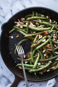 spicy Seared Sriracha Green Beans with toasty, crunchy almonds and lots of garlic are the simplest and tastiest way to eat green beans! Vegetarian Side Dishes, Healthy Side Dishes, Side Dishes Easy, Side Dish Recipes, Vegetarian Recipes, Vegan Meals, Dinner Recipes, Fast Healthy Meals, Good Healthy Recipes