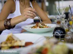 Na, wo verbringt ihr eure Mittagspause: In der Kantine oder im Restaurant? Wenn ihr diese News gelesen habt, werdet ihr euch morgen GARANTIERT euer eigenes Essen mitbringen: http://www.shape.de/diaet-und-ernaehrung/diaet-methoden/a-60061/im-restaurant-essen-macht-dick.html