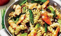 Uma receita de fusilli do mar, espargos verdes frescos, tomate seco e abacate. Regue com molho de iogurte e funcho e envolva. Sirva-se e desta delícia!